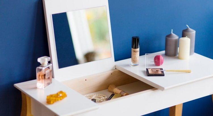 nowoczesna toaletka z lustrem na kosmetyki